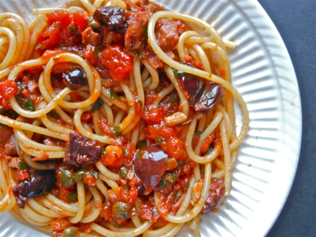 Spaghetti alla puttanesca | Due Spaghetti